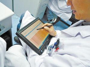 宁波市第一医院泌尿科的医生用电子病历进行无线查房
