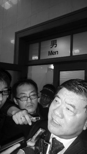 卫生部部长陈竺正接受采访