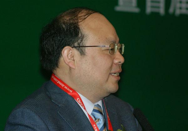 """国务院政策研究室副司长向东做了主题为""""十二五规划中的医疗发展机遇与挑战""""的主题演讲"""