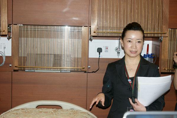 仁安医院护理总监讲解医院设施。