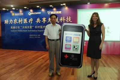 高通公司高级总监Shawn Covell女士向献县卫生局局长宋汝恩递交象征无线关爱农村医疗项目的手机模型