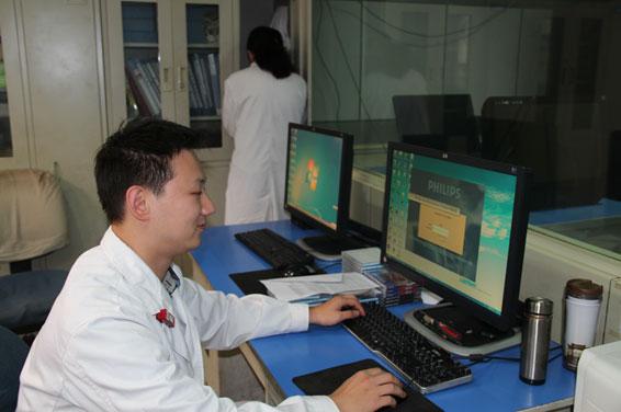 太原市中心医院放射科网络室工作人员运行飞利浦PACS系统